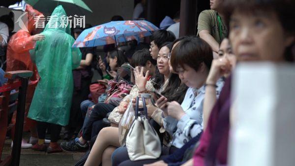 排队看青年竞演的观众2.jpg