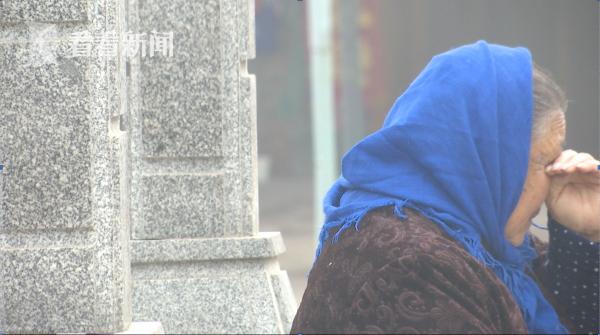 很多村里的老人多年积攒的养老钱被卷走,忧心不已