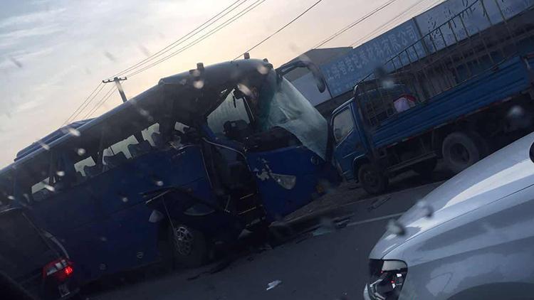 沪周祝公路一吊车刮蹭校车大巴 致16名学生受伤