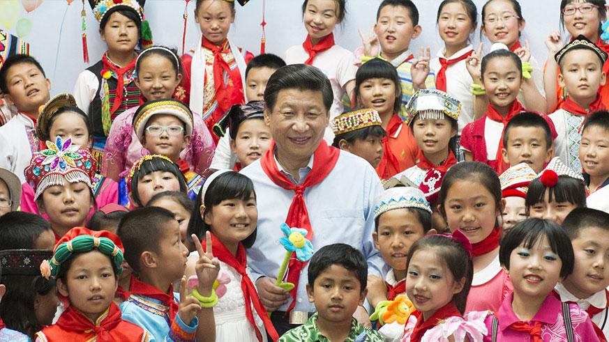 """2013年5月29日,中共中央总书记、国家主席、中央军委主席习近平在北京市少年宫参加""""快乐童年放飞希望""""主题队日活动。 这是习近平同孩子们合影。"""