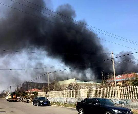 河北廊坊工厂冒着黑烟运行