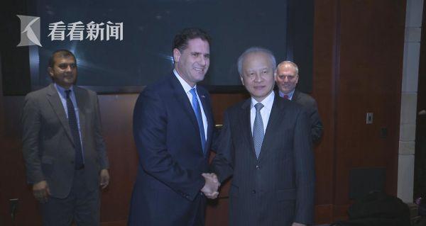以色列驻美国大使 德尔默(左)、中国驻美大使 崔天凯(右)
