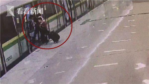 儿子|视频抢秒上地铁却把女子落在车门外视频剪辑火星图片