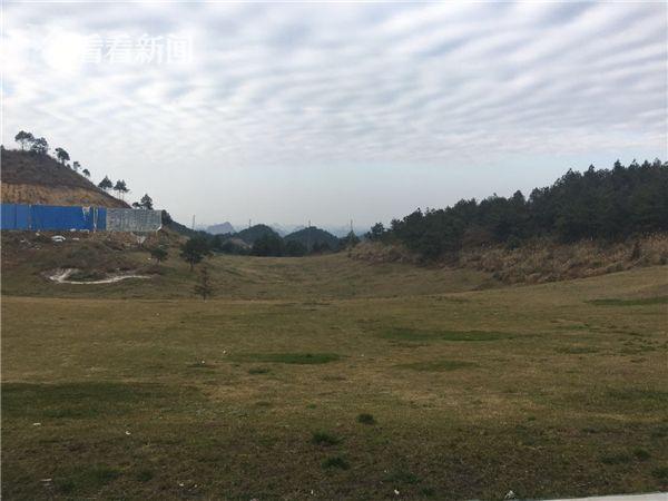 规划为108洞的紫林山国际高尔夫球场,让独山县两位主官受到党内严重警告处分。昔日的高尔夫练球场荒芜,项目内配建的别墅寂寞无主。