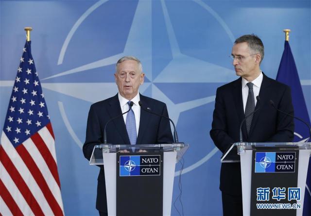 2月15日,在比利时布鲁塞尔北约总部,美国国防部长马蒂斯(左)和北约秘书长斯托尔滕贝格举行联合记者会