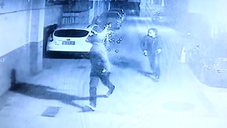 视频|三名蒙面男子过年期间鞭炮炸飞车门把手