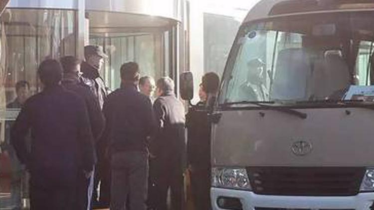 24日上午8点40分左右,郭树清一行乘坐中巴车抵达银监会门口。