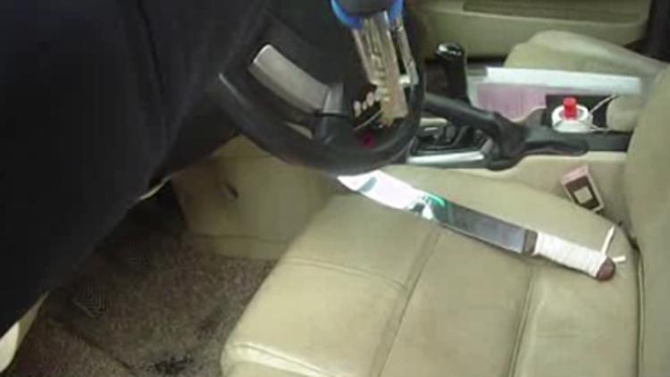 视频|违停车辆发现砍刀等管制器具 竟是讨债公司的