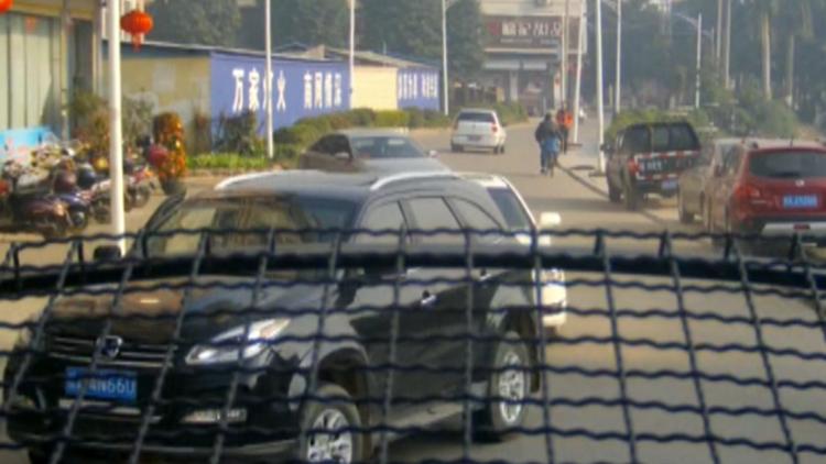 视频|民警路遇抢车歹徒 一路追踪被疯狂撞击