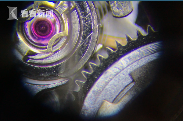 专家的检测发现,手表越修越坏,布满胶水和杂物留下的痕迹