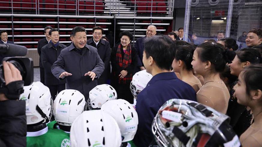 2月23日至24日,中共中央总书记、国家主席、中央军委主席习近平在北京考察。这是24日上午,习近平在五棵松体育中心热情勉励青少年冰球和队列滑爱好者们。