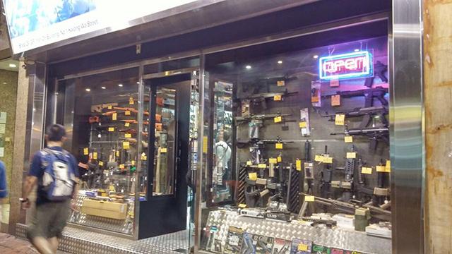 香港旺角广华街上有很多售卖仿真枪的商店,市民可自由购买。