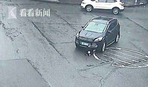 视频 视频低头碾压马路遭司机横穿拖行轿车系女子瑞文最强图片