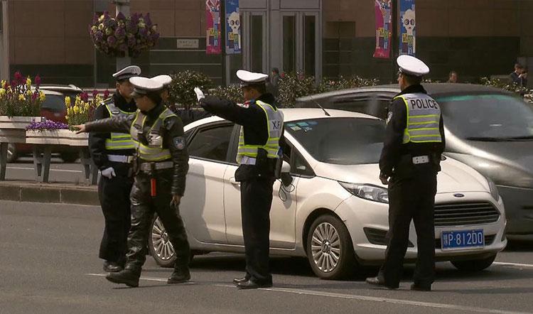 上海新道交条例实施首日 违法行为一抓一大把