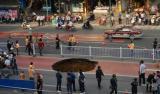 视频|生死一线!一辆公交车刚驶过 路面塌出3米大坑