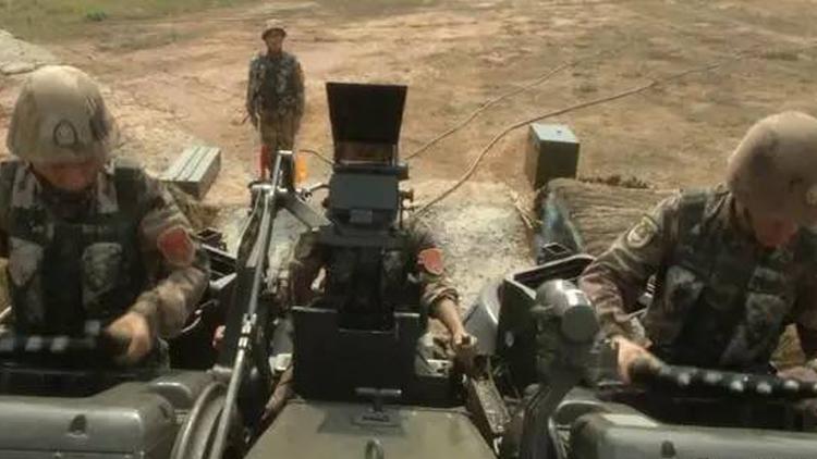 南部战区在中缅边境组织陆空联合实兵实弹演习