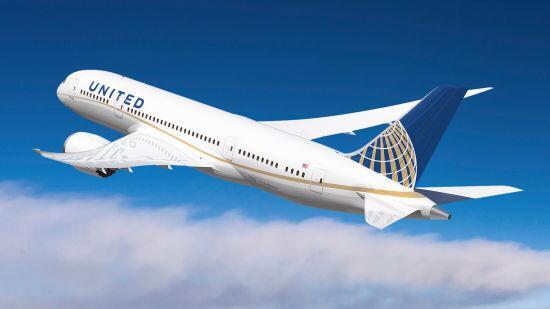 目前乘客已经下飞机,ua8航班今天也已经取消,旅客将改由美联航今晚