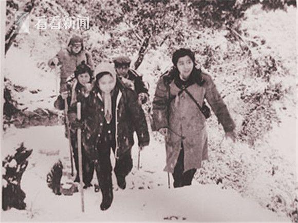 剧组成员顶风冒雪上黄山采景。