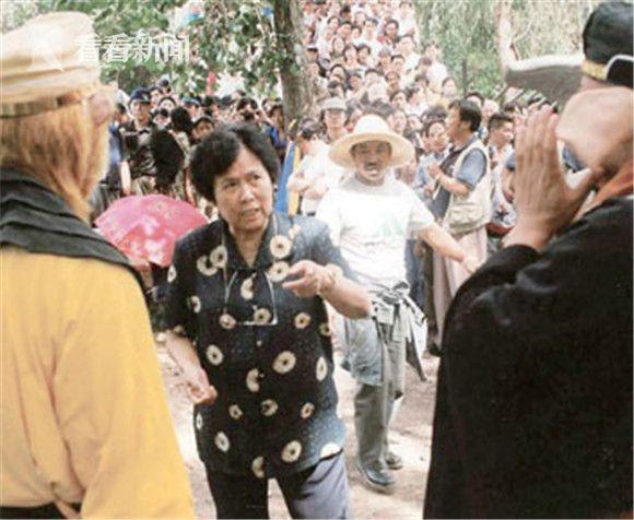 在云南民族村拍摄《天竺收玉兔》被热心观众围观。