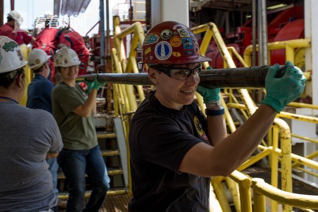 首席实验室助理丽萨将新的岩芯运至实验室