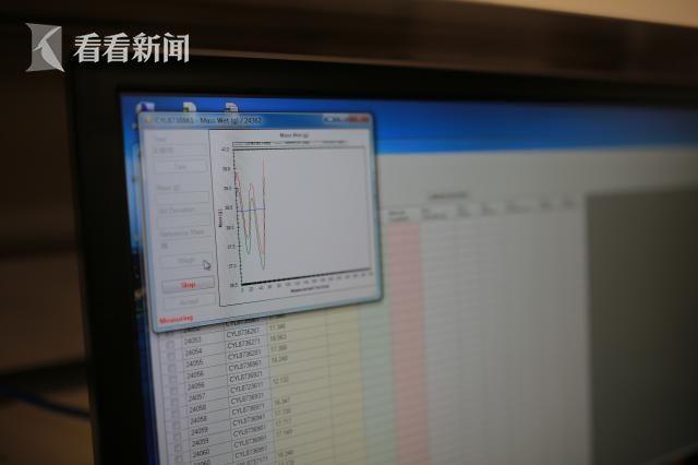 通过已知砝码与样品的质量曲线匹配去获得样品的质量