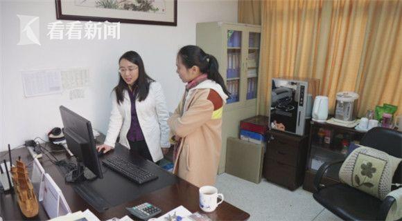 朱华晨(左)向看看新闻Knews记者介绍其团队对H7N9禽流感的研究。