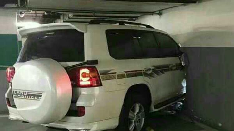 北京一地下停车场车祸 SUV穿墙进屋撞翻人