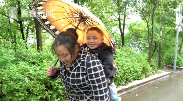 郑琴背着小儿子放学回家