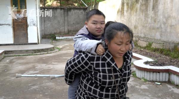 课间的时候,郑琴背着大儿子,帮助他上厕所