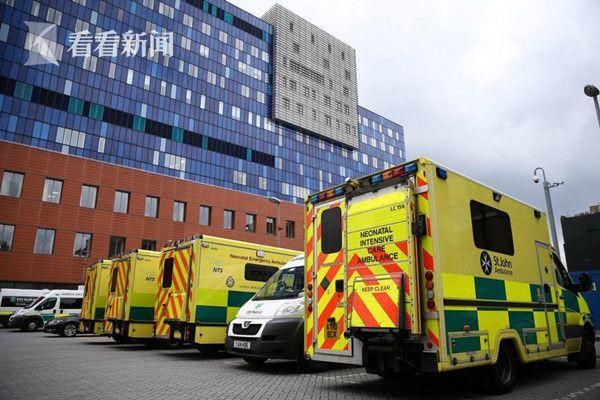 伦敦一家医院的救护车只能无奈的停驶