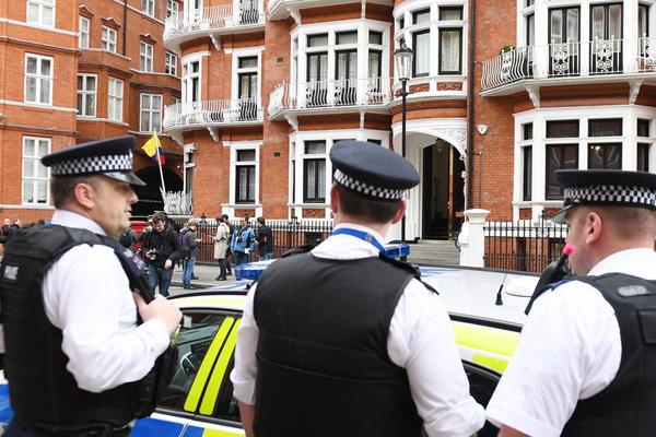 几名英国警察站在阿桑奇藏身的使馆门外