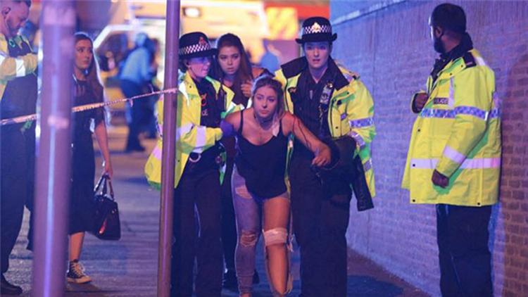 英国曼彻斯特一体育馆发生爆炸 人群尖叫奔跑
