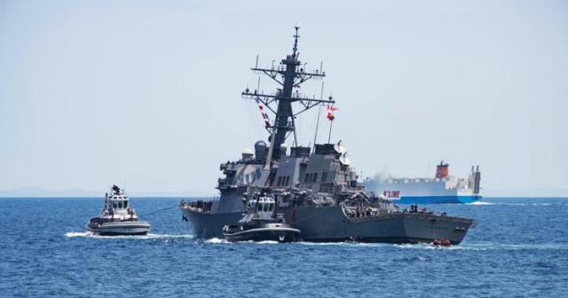 """船身明显右倾的""""菲茨杰拉德""""号被拖回横须贺港"""
