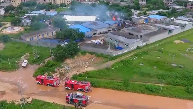 海南海口:一油漆仓库突发大火 消防扑救及时无人伤亡