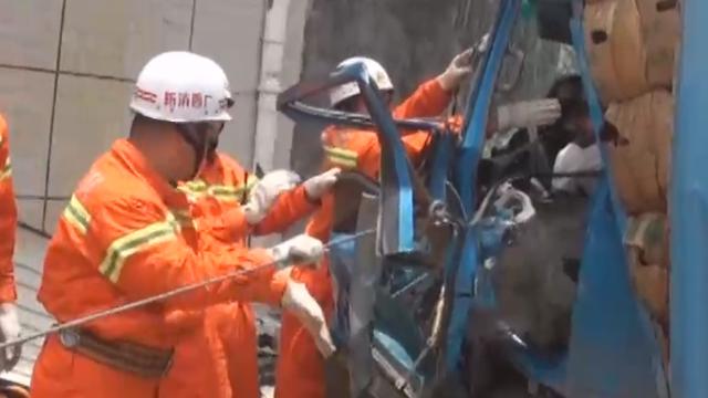 视频|失控货车撞入加油站 与工作人员擦肩而过