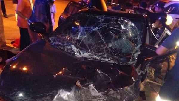 男女车后座偷欢 司机分心撞电线杆致1死2伤