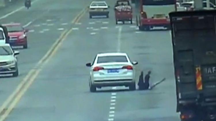 网约车司机逆行被查 急踩油门将民警拖行数百米