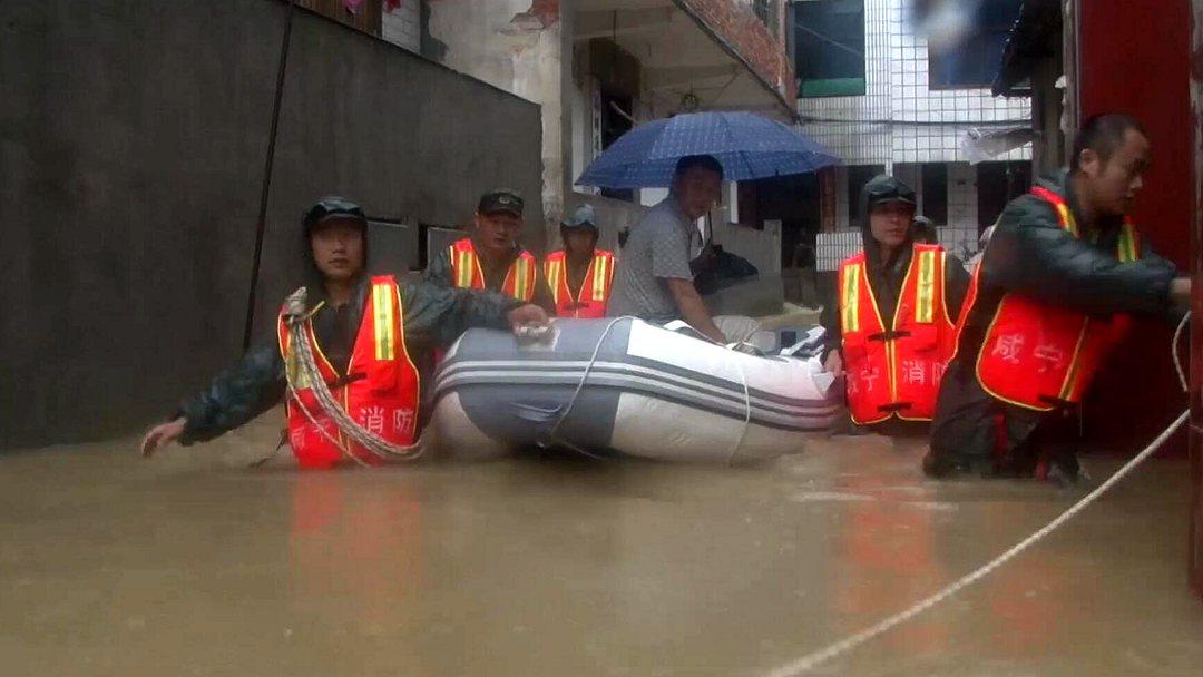 暴雨致湖北通山县局地内涝 消防疏散群众40人