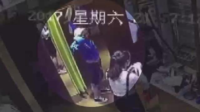 视频|吸毒女试衣间作案 迅速出手盗财物