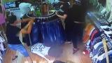 """视频 一件衣服引发的""""血案"""":超出一个月老板不肯退衣服 就把店给砸了"""