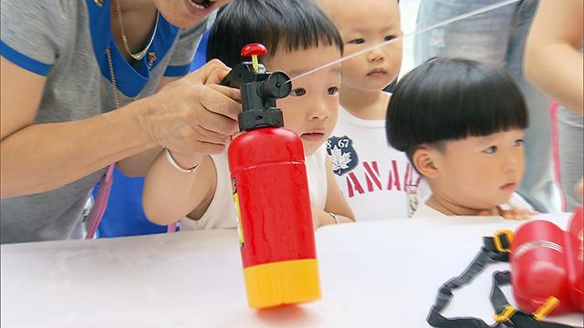 消防安全教育要从娃娃抓起,今天(27日)上午,上海消防暑期消防安全教育系列活动在上海电影博物馆广场举行,学生们可以参观灭火器材、穿上消防员的装备,以亲身感受的形式来获取消防知识.