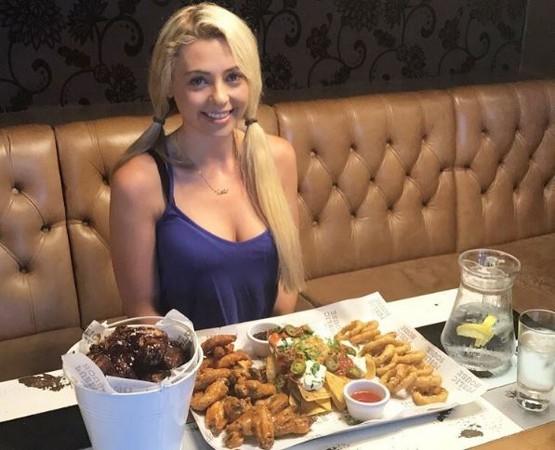 视频|传奇大胃王!英国娇小女子挑战超巨型汉堡_国际图文_看看新闻