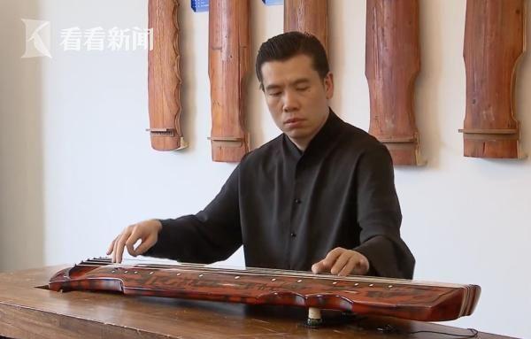 杨致俭弹奏古琴