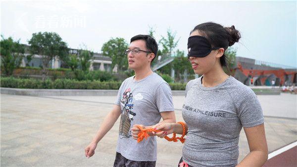 志愿者陪伴视障者跑步.jpg