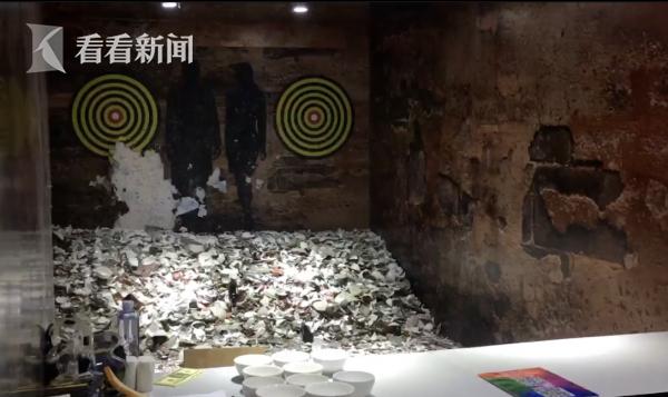 摔碗屋。被摔的瓷碗的碎片已经堆积成山。