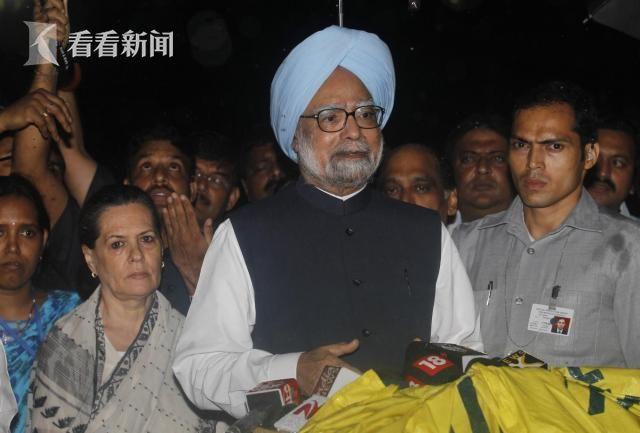 前印度总理辛格,身后站着时任国大党主席索尼娅·甘地