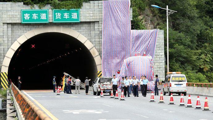 据初步了解,事故车辆为河南经营的一辆客运车,从成都发往洛阳,在途经西汉高速秦岭隧道时,因撞到隧道墙壁发生事故。