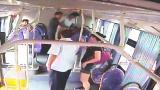 """视频 女子乘公交遇""""咸猪手""""举包怒砸 乘客挺身相助擒""""狼"""""""