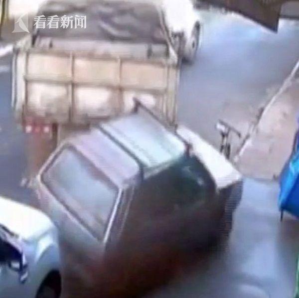 视频 卡车倒车猛踩油门 顶着小汽车一起冲进商店