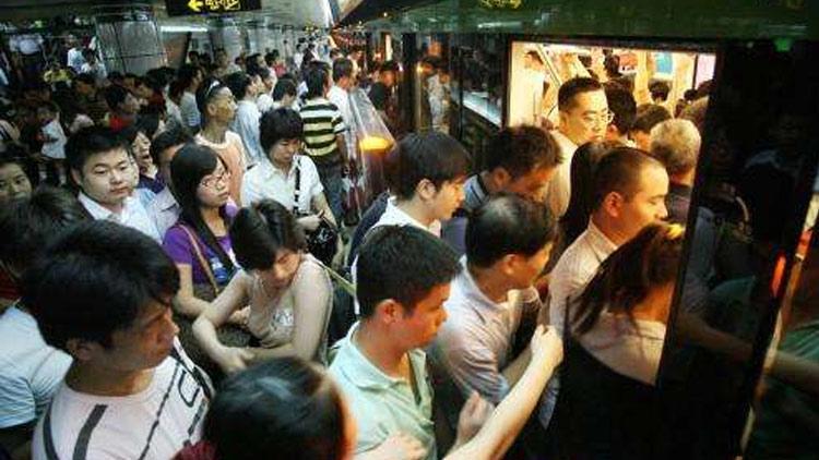 上海地铁今早高峰三线故障:排队半小时未能上车